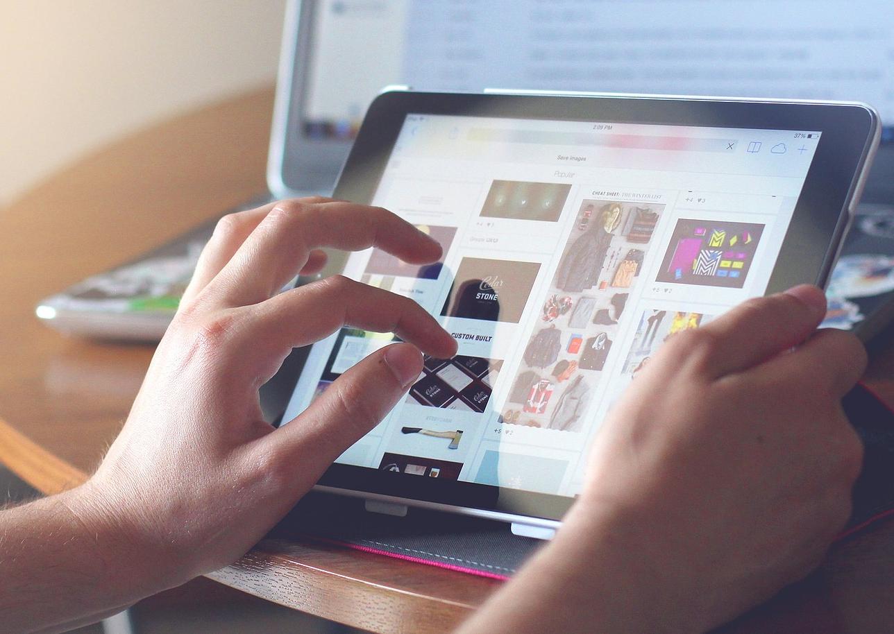 Manos utilizando tablet para comprar