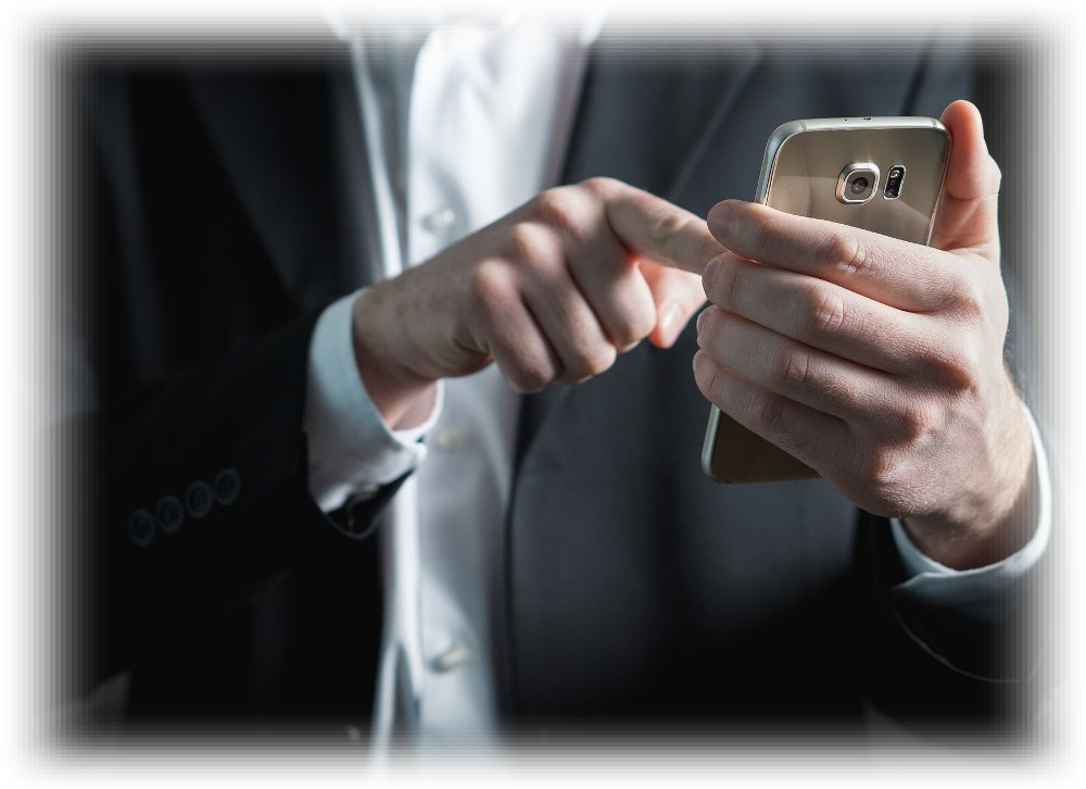 Manos de hombre usando un teléfono móvil